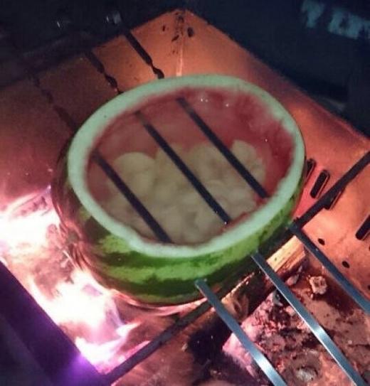 Nấu thức ăn bằng vỏ dưa hấu ư? Không điều gì là không thể!(Ảnh: Internet)