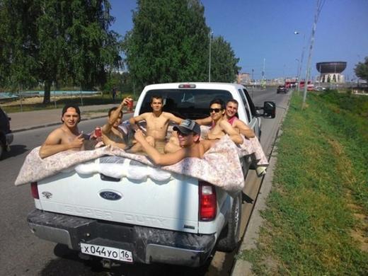 Xe hơi kiêm hồ bơi di động, một sáng kiến cực thú vị cho những buổi picnic cùng bạn bè.(Ảnh: Internet)