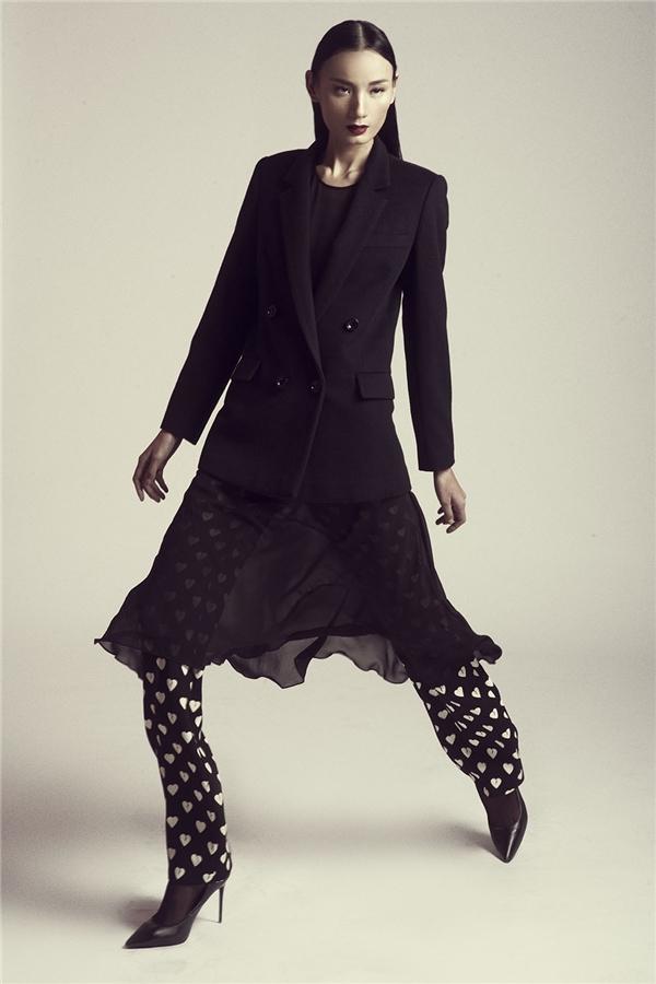 Quần âu là món trang phục không mới. Tuy nhiên, dưới bàn tay tài hoa của Đỗ Mạnh Cường, chúng lại mang màu sắc mới mẻ hơn khi được kết hợp cùng với áo voan oversized, áo suit cổ điển bên ngoài.