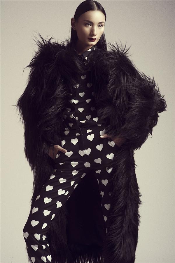 Diện cả cây đen phối hoạ tiết tim trắng, Lê Thuý trở nên ấn tượng hơn khi kết hợp cùng áo lông dày sụ bên ngoài. Những thiết kế này khi được trình làng chính thức đã khiến giới mộ điệu thời trang nước nhà không tiếc lời khen ngợi bởi sự tinh tế, tỉ mỉ đến từng chi tiết nhỏ.