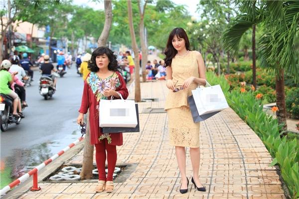 """Hình ảnh Trúc Diễm và Thanh Thủy dạo phố trong bộ dạng tự tin khiến khán giả sửng sốt vì sự khác biệt """"một trời một vực"""" so với hình tượng cô nàng quê mùa trước đó. - Tin sao Viet - Tin tuc sao Viet - Scandal sao Viet - Tin tuc cua Sao - Tin cua Sao"""