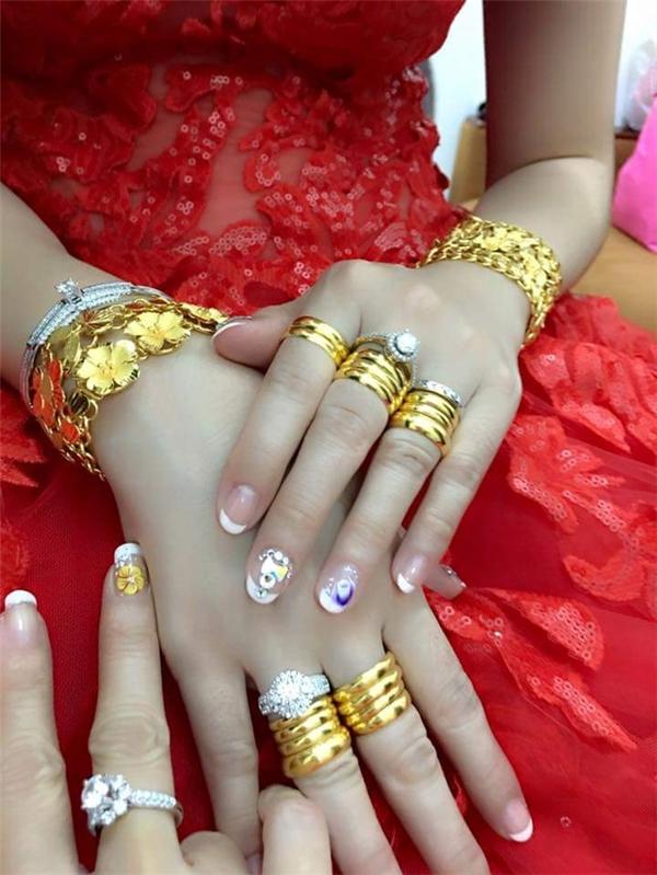 Tay cô dâu chật ních với đủ loại trang sức.(Ảnh: Internet)