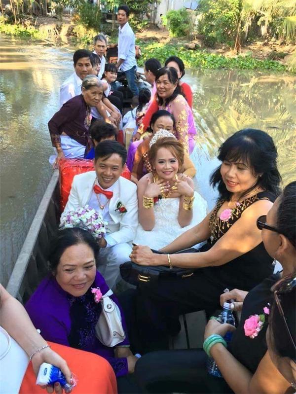 """Hình ảnh một đám cưới ở miền Tây với mức độ """"chịu chơi"""", đọ vàng đọ bạc không thua kém gì cô dâu vàng bên Trung Quốc ngay lập tức được chia sẻ.(Ảnh: Internet)"""