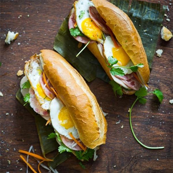 Bữa sáng nên ăn những món có nhiều chất đạm như trứng, thịt bò, cá, thịt gà.(Ảnh: Internet)