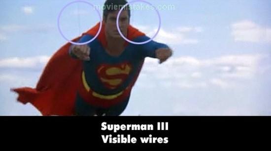 Superman III: Các khán giả có thể thấy rõ 2 sợi dây cáp ở trên vai của Superman.(Ảnh: Internet)