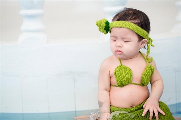 Sau bộ ảnh tiểu Mỹ nhân ngư bụng bự được yêu thích, một em bé 7 tháng tuổi đang sống cùng gia đình tại An Giang tiếp tục thực hiện màn cover độc đáo này, khiến trào lưu chụp hình người cá một lần nữa khuấy đảo cộng đồng mạng.