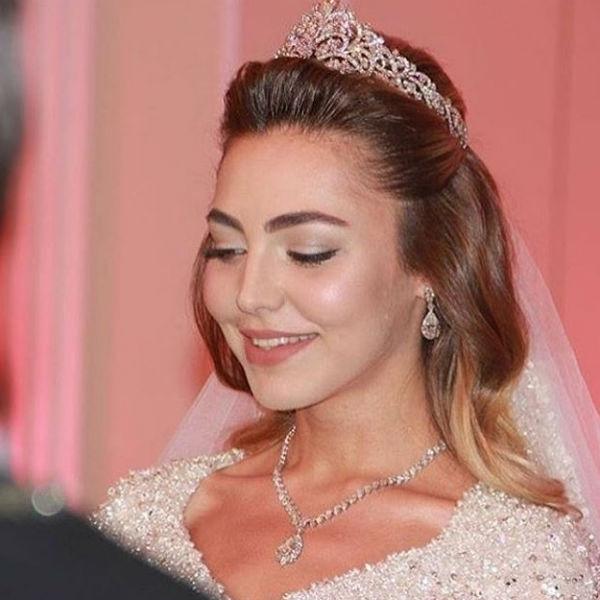 Ngoài ra, bộ phụ kiện gồm: vương miện kim cương, dây chuyền, khuyên tai và chiếc cài khăn voan cũng ngót nghét 5 triệu USD (hơn 110 tỷ VND).