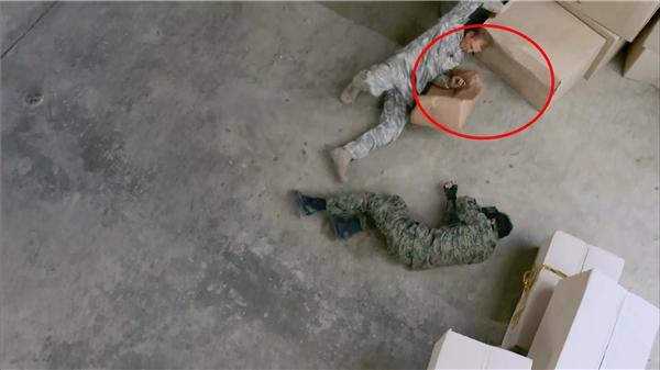 Trong tập Yoo Shi Jin một mình đấu với sĩ quan của Mỹ, lúc viên sĩ quan này té xuống xung quanh anh đều không có gì.