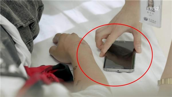 Trong cảnh này y tá đã đặt điện thoại ở phía ngoài tay của Kim Ki Bum.