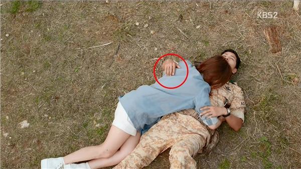 Đổi góc quay thì đặt trên người Kang Mo Yeon.