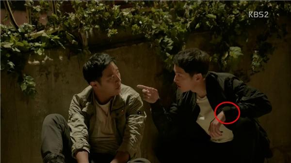 Chuyển cảnh thì chiếc đồng hồ lại bị ống tay áo che phủ.