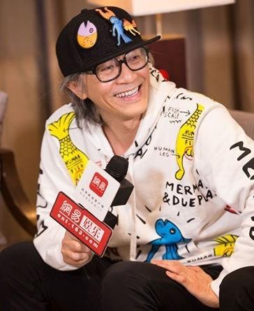 Châu Tinh Trì không bao giờ quan tâm đến ngoại hình. Ông thường xuất hiện với mái tóc bạc, đeo kính và kiệm lời. Ảnh: Nam Đô.