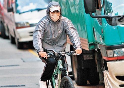Châu Tinh Trì ngày ngày di chuyển bẳng xe đạp, đeo khẩu trang kín mít. Nhìn ảnh này, khó ai nhận ra vua hài Hong Kong. Ảnh: QQ.