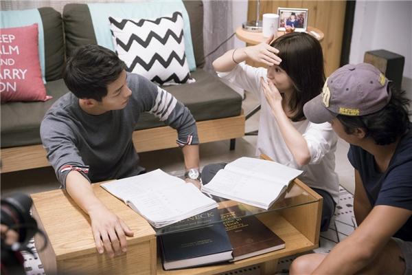 Song Hye Kyo tận tình hướng dẫn đàn em trong cảnh quay tình cảm với mình.