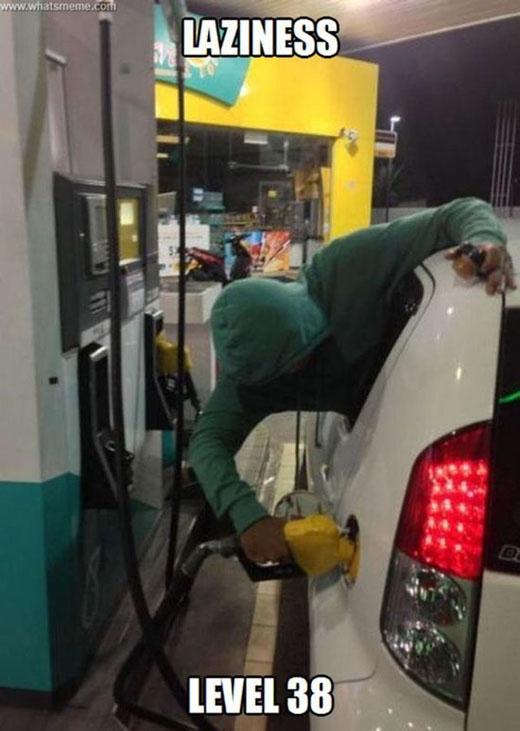 9. Đổ xăng mà không cần ra khỏi xe.(Ảnh: Internet)
