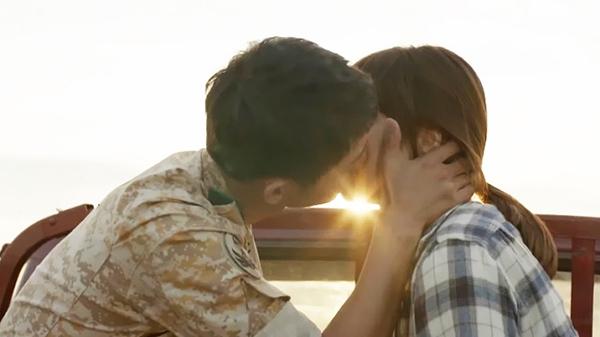 """Ở tập 9 vừa qua, khán giả được Descendants of the Sun chiêu đãi cảnh hôn đầy lãng mạn của hai nhân vật chính. Trên chiếc xe tải chở đầy rơm, giữa hoàng hôn đầy nắng, Kang Mo Yeon (Song Hye Kyo) tỏ tình với Yoo Shi Jin và cả hai ôm hôn nhau là cảnh quay rất """"đắc"""" của phim, để lại ấn tượng sâu sắc trong lòng khán giả…"""