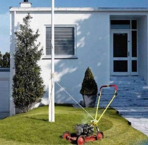 15. Sáng kiến không tồi khi vợ bảo cắt cỏ mà đang bận vào ngủ nướng thêm.(Ảnh: Internet)