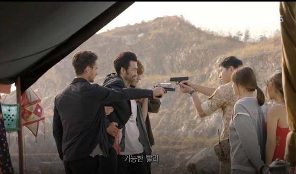 Trên phim, màn đối đầu giữa quân đội Hàn Quốc và nhóm buôn lậu vũ khí không ít lần khiến khán giả thót tim.