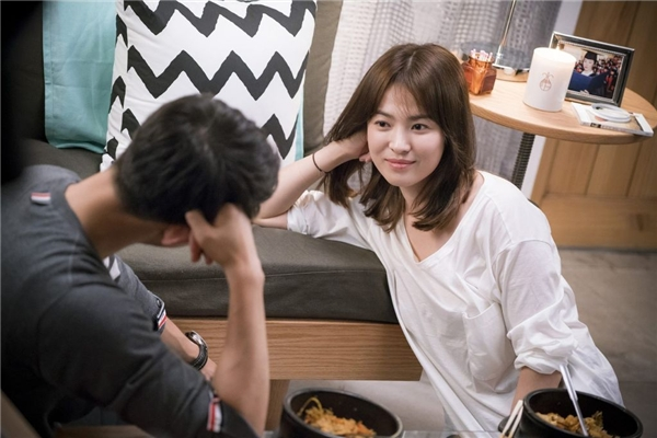 Những buổi hẹn hò của Yoo Shi Jin và Kang Mo Yeon ở những tập đầu luôn hiện lên đậm chất thơ và lãng mạn.