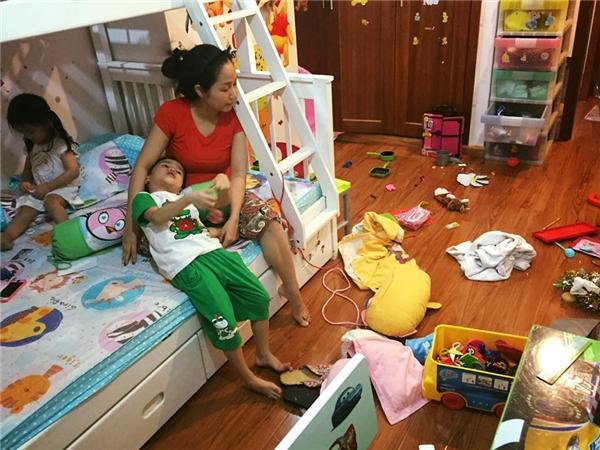 Cô cũngluônphải đối diệnvới một căn phòng bừa bộn đồ chơi, quần áo của con cái như bao người phụ nữ bình thường khác. - Tin sao Viet - Tin tuc sao Viet - Scandal sao Viet - Tin tuc cua Sao - Tin cua Sao