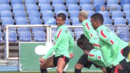 """Ronaldo nhảy """"sexy"""" trên sân tập cùng đồng đội. (Ảnh: Clip)"""