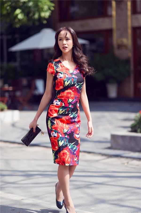 Với thân hình mảnh dẻ, gợi cảm, số đo bavòng hoàn hảo cùng làn da mịn màng làm tôn lên những trang phục mà cô đang mặc khiến các quý cô đều háo hức muốn sở hữu nó.