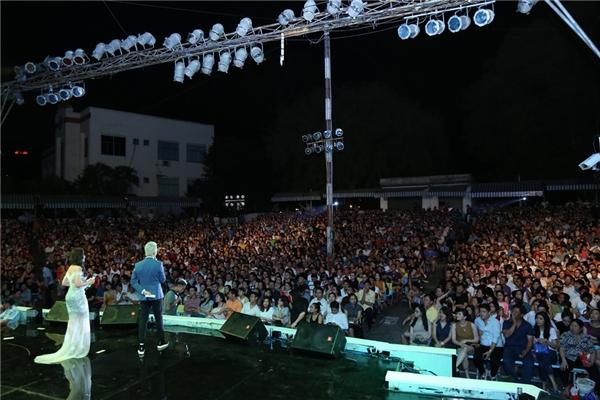 Đông đảo khán giả đã đến ủng hộ liveshow của Trấn Thành.Dù đêm diễn kéo dài tới gần 4 giờđồng hồ nhưng hầu hết khán giả vẫn ngồi tới phút cuối cùng và vỗ tay, khen ngợi các tiết mục không ngớt. - Tin sao Viet - Tin tuc sao Viet - Scandal sao Viet - Tin tuc cua Sao - Tin cua Sao