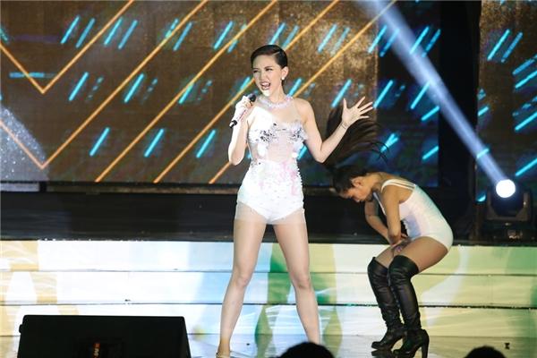 """Nữ ca sĩ Tóc Tiên đã có phần trình diễn vô cùng """"nóng bỏng"""" và sôi động. - Tin sao Viet - Tin tuc sao Viet - Scandal sao Viet - Tin tuc cua Sao - Tin cua Sao"""
