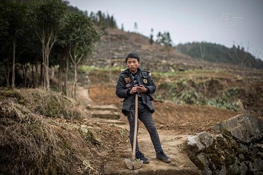 Cậu bé mới 12 tuổi nhưng khuôn mặt lúc nào cũng âu lo, buồn tủi vì phải vừa đi học vừa kiếm kế sinh nhai. (Ảnh: Internet)