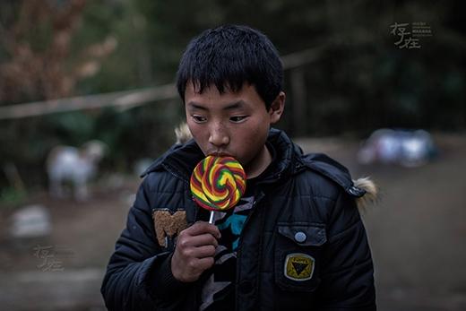 Như bao đứa trẻ khác, Đông rất thích ăn kẹo, nhưng em chỉ dám mua một cây, liếm 1-2 cái rồi cất vào, để khi nào thèm lắm thì lại lấy ra... (Ảnh: Internet)
