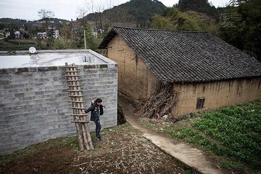 Chiếc bể này là do cả thôn góp sức xây dựng nhằm tránh nước sông đổ từ trên núi xuốngcuốn trôi căn nhà xập xệ mà bà và Đông đang ở. (Ảnh: Internet)