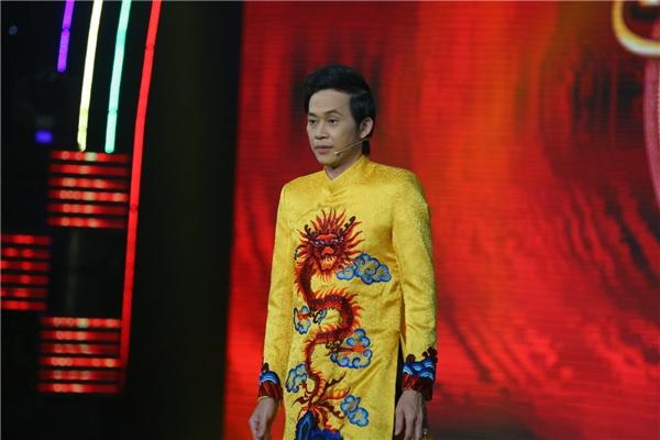 Nam danh hài xuất hiện trẻ trung với chiếc áo dài truyền thống thêu họa tiết hình rồng. - Tin sao Viet - Tin tuc sao Viet - Scandal sao Viet - Tin tuc cua Sao - Tin cua Sao