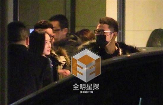 Huỳnh Hiểu Minh đeo khẩu trang bước ra từ khách sạn cùng 1 cô gái lạ mặt