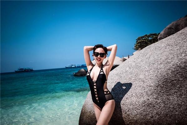 Tóc Tiên lại chọn bikini một mảnh truyền thống. Tuy nhiên, thiết kế được phá cách táo bạo bởi sự kết hợp chất liệu cùng những đường cắt, nối hiện đại.