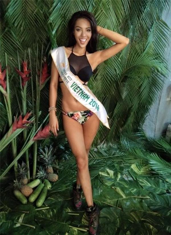 Trong bộ ảnh thực hiện để đến với Miss Eco Universe 2016, người đẹp này lại khoe dáng trong áo bikini cổ yếm kết hợp cùng quần hoa rực rỡ, trẻ trung.