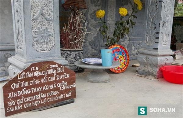Tấm bảng đề bài thơ tình được ông Thiệp đặt ngay trước bia mộ vợ mình.