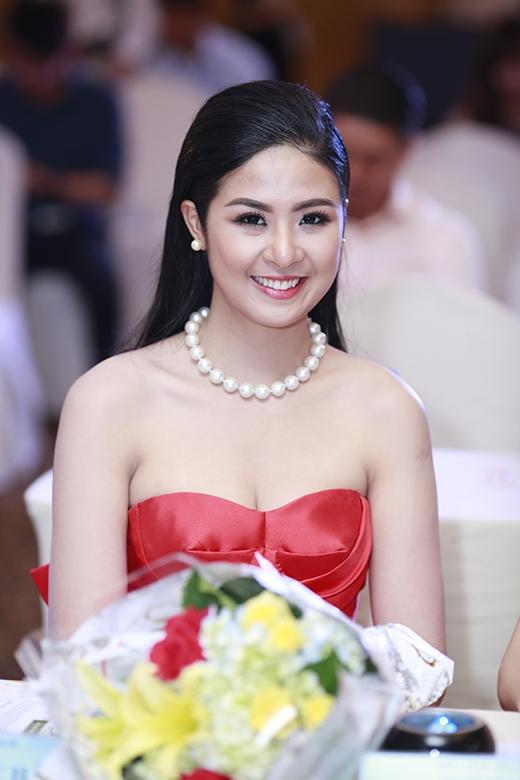 Tham gia sự kiện với vai trò khách mời,Ngọc Hân đã khéo léochọn cho mình chiếc váy đỏ cúp ngực để tôn lên vòng 1.