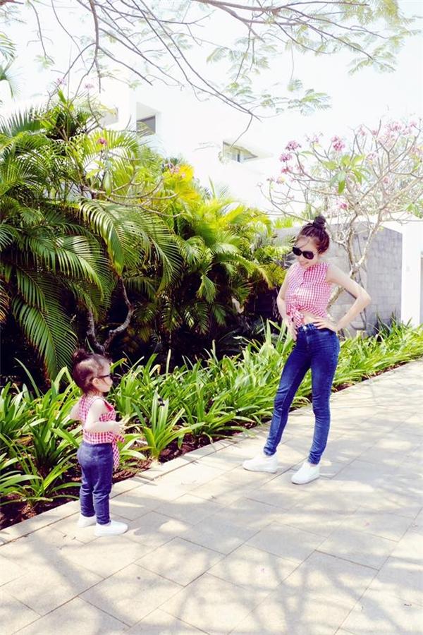 Quý cô Cadie Mộc Trà diện đồ đôi, cùng mẹ đi khắp thế gian - Tin sao Viet - Tin tuc sao Viet - Scandal sao Viet - Tin tuc cua Sao - Tin cua Sao