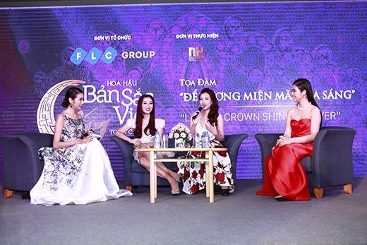 """Các người đẹp lần lượt chia sẻ những kinh nghiệm quý báukhi tham gia các cuộc thi hoa hậu có tầm vóc lớn trong buổi tọa đàm với chủ đề """"Để vương miện tỏa sáng""""."""