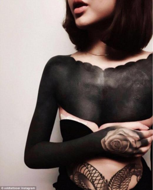 Linjojo'z, cô gái trẻ tên đến từ Singapore đã chia sẻ bức ảnh những hình xăm đen trên cơ thể của mình lên mạng Instagram. Cô có những mảng màu xăm đen lớn trên ngực và một cánh tay của mình. (Ảnh: Internet)