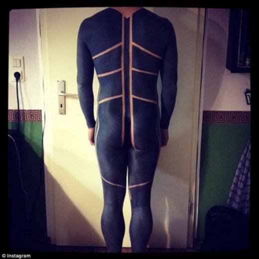 Một người đàn ông thậm chí đã xăm toàn bộ cơ thể mình, chỉ để lại những dòng kẻ nhỏ đối xứng hai bên lưng.(Ảnh: Internet)