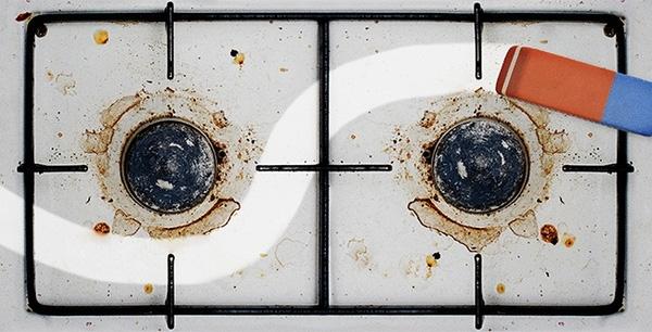 """Những vết dầu mỡbám chặt lấy bếp luôn khiến bạn mệt mỏi mỗi lần lau chùi? Hãy yên tâm vì đã có """"siêu nhân tẩy"""", chỉ cần chà nhẹ, mọi vết bẩn dầu mỡ cứng đầu sẽ đi ngay. Bạn tin không, nhiều công ty làm vệ sinh chuyên nghiệp cũng dùng bí kíp này để dọn dẹp đấy. (Ảnh: Brightside)"""