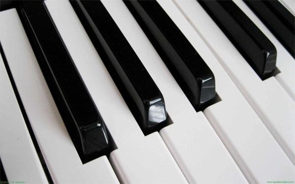 Với phím piano cũng vậy, tẩy sẽ nhẹ nhàng làm sạch mọi vết bẩn trên đó. (Ảnh: Internet)