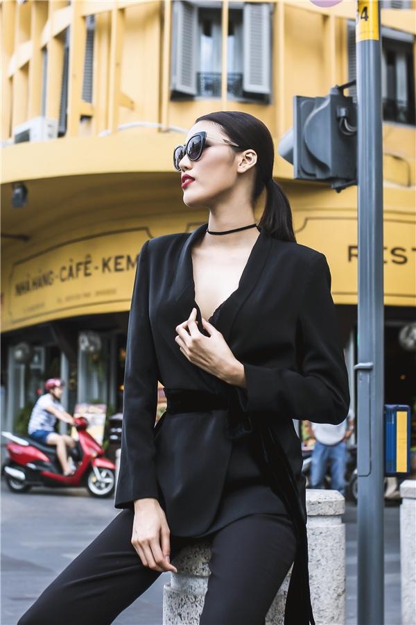 Chân dàimạnh mẽ đầy ấn tượng với áo blazer đen nhiều lớp kết hợpmái tóc đuôi ngựa buộcgọn cùng kính mát to bản.