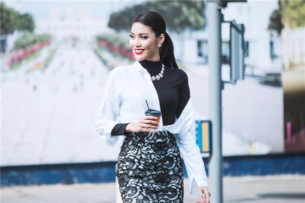 Một sự phối hợp trang phục đen, trắng thú vị khác của chân váy ren, áo sơ mi và áo cao cổ.