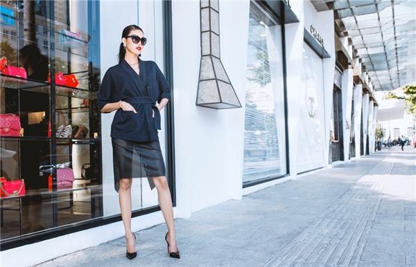 Vừa mạnh mẽ, sắc lạnh là thế, bỗng chốcLan Khuê lại hóađiệu đà và nữ tính trong bộ cánh với chân váy xuyên thấuvà giày cùng màu.