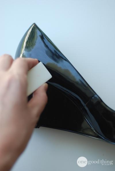 Không chỉ vậy, với những đôi giày bóng, giày da lộn, cục tẩy cũng có công dụng làm sạch vết bẩn rất hiệu quả nhé.(Ảnh: onegoodthing)