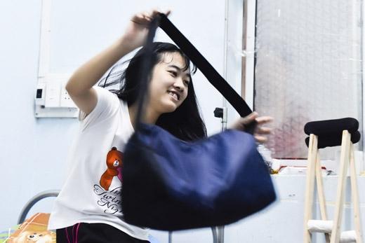 Sau 30 phút luyện tập, Vi quàng túi qua cổ để lấy đôi nạng gỗ đi về phòng.