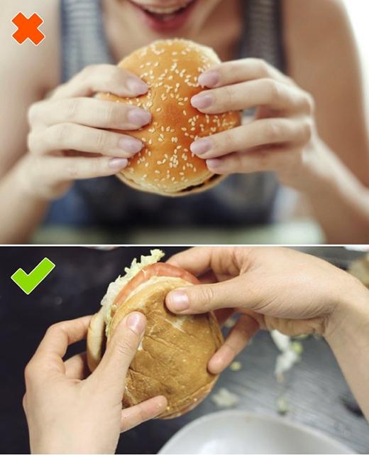 """Nếu biết cầm đúng cách, mónhamburger của bạn sẽ ngon """"đến miếng cuối cùng"""". (Ảnh: Internet)"""