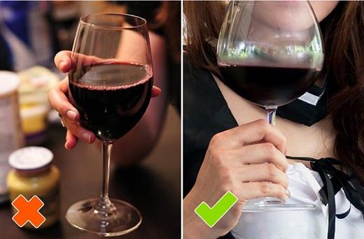 """Đừng để bị đánh giá là """"hai lúa"""" với cách cầm rượu bên trái nhé! (Ảnh: Internet)"""